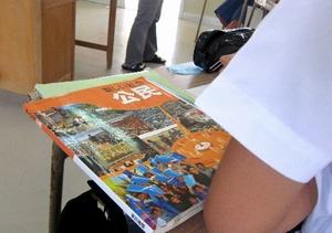 竹富町の中学校は東京書籍版の公民教科書を使った授業を続けている=沖縄県竹富町