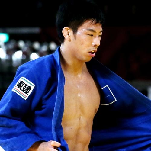 先月のグランドスラム東京大会。男子81キロ級3位決定戦で一本勝ちしても厳しい表情を崩さずに道着を整えた=西畑志朗撮影