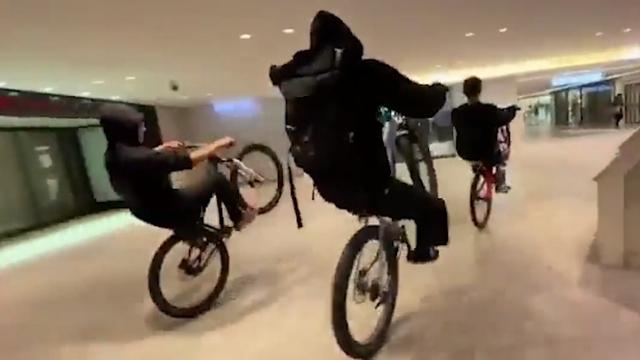 商業ビル内の通路を自転車暴走、ツイッターに動画 大阪