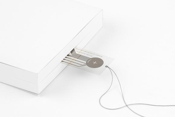 逆転のデザイン 読書灯になるしおり「bookmark light」