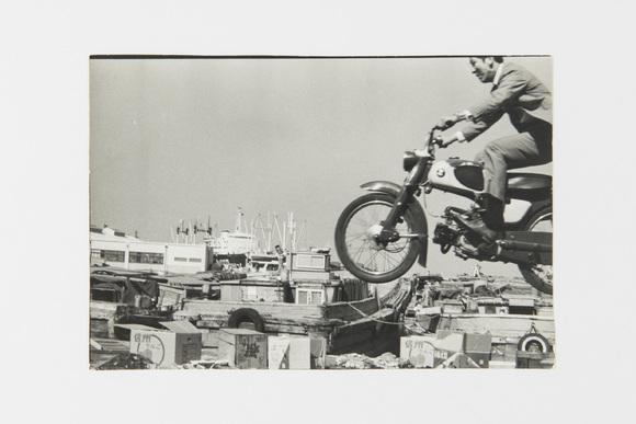 逃げたスタントマンの代役 オートバイで飛んだ小松政夫