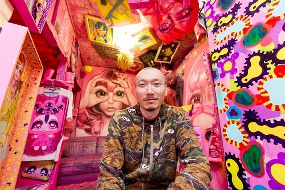 ピンク色に囲まれた現代作家、生活費2万円でも「充実」