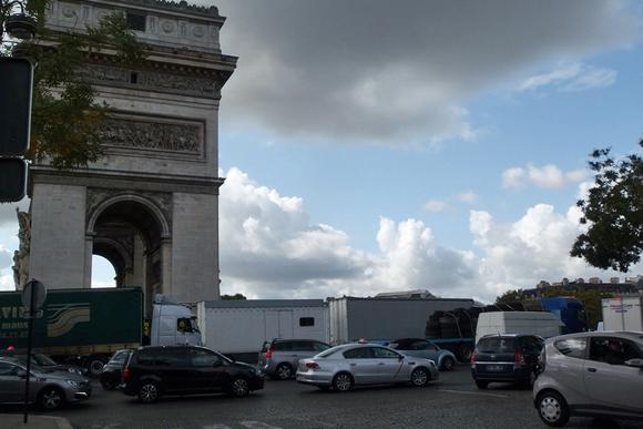 凱旋門が大型トラックに占拠された「デモ」