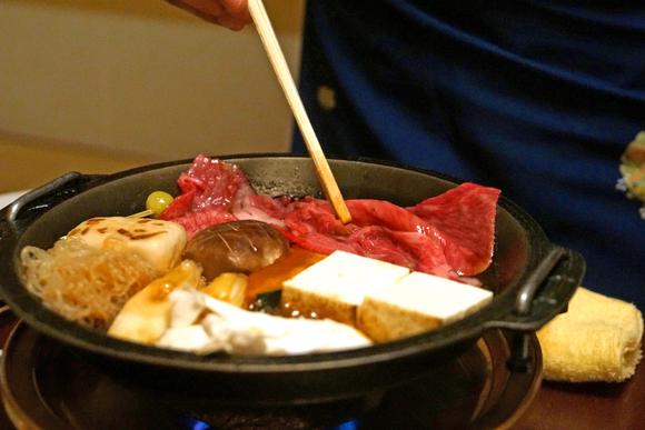 片面はレア、片面はミディアム。炊くように焼き上げる、すき焼き