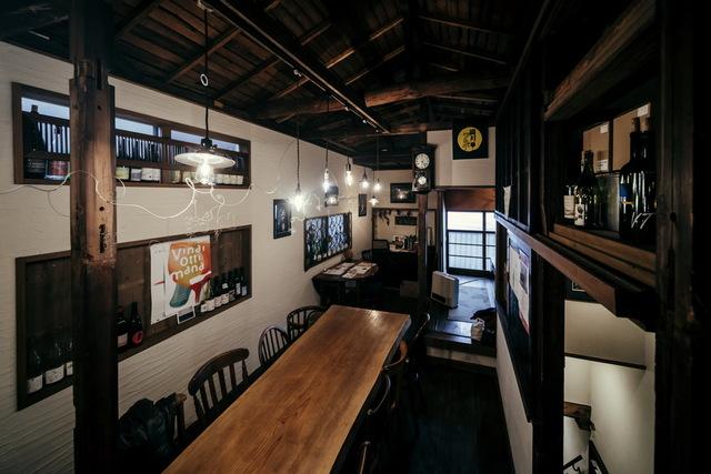裏路地2階、長テーブルで自然派ワイン