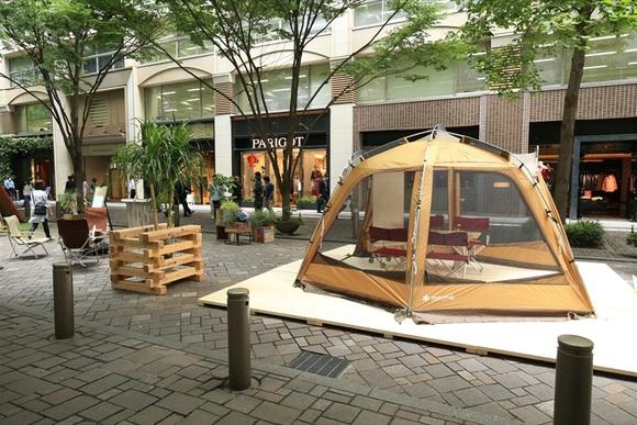 テントが通りをジャック! 斬新カフェ