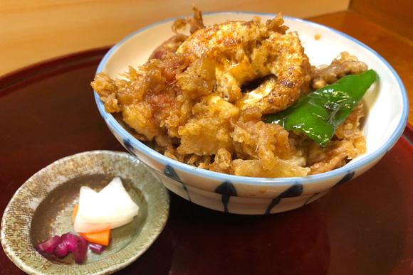 素揚げの卵がトロリ、揚げたて天ぷらのランチ「天山」