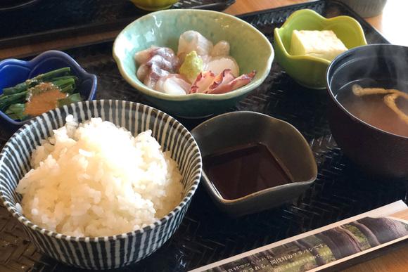 シンプルで美しい定食ランチ 豆腐や米はご近所から