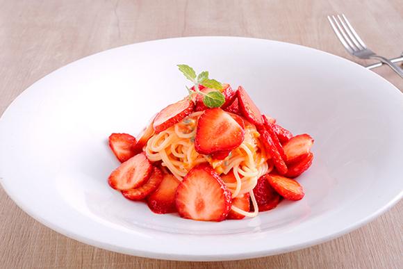 輝くばかりにきれいな姿 真っ赤なイチゴ満載のパスタ