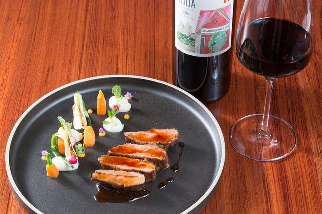 モダンな空間で味わう、スペインワインと炭火焼き料理