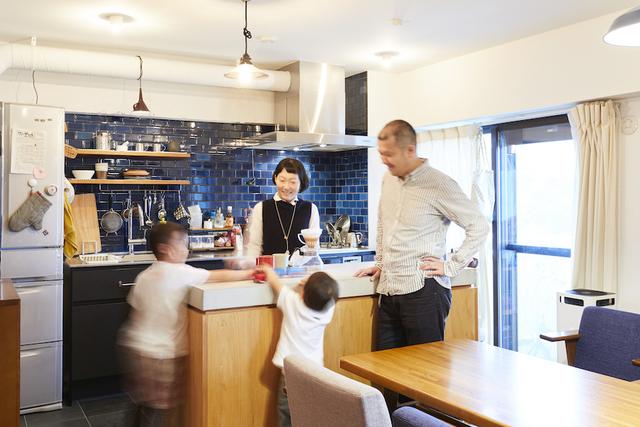 思い出の家具を中心に、家族団らんを楽しめる住まいを