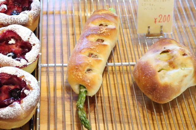 太いアスパラが刺さったパンも、熊本で営業再開のパン屋