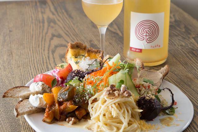 ビストロ料理と自然派ワイン【盛り合わせがスゴいバル】