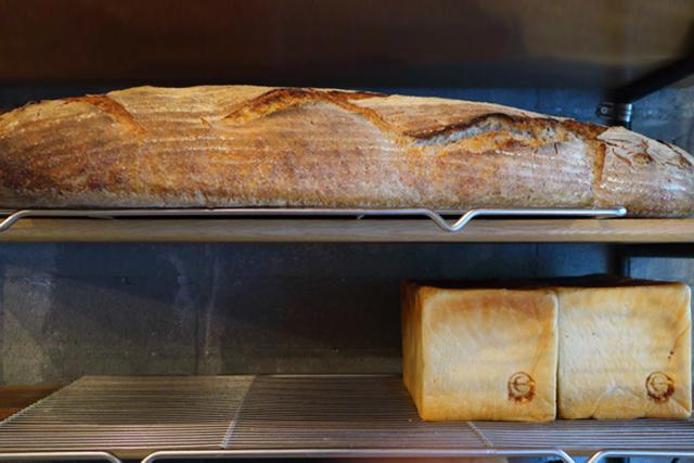 はやりの小さなパンに逆行、でかいパンを焼き笑うシェフ