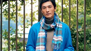 発色の美しいブルーのブルゾンが装いに新鮮さをもたらす