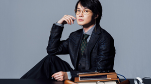 ユニークなフォルムの眼鏡で気取る男。俳優・神木隆之介