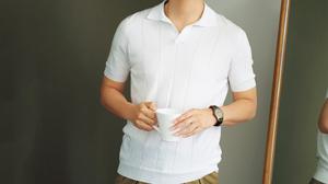 グランサッソの清潔感のある白のポロシャツ