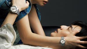 二人だけの甘くて切ない時間に寄り添う腕時計。