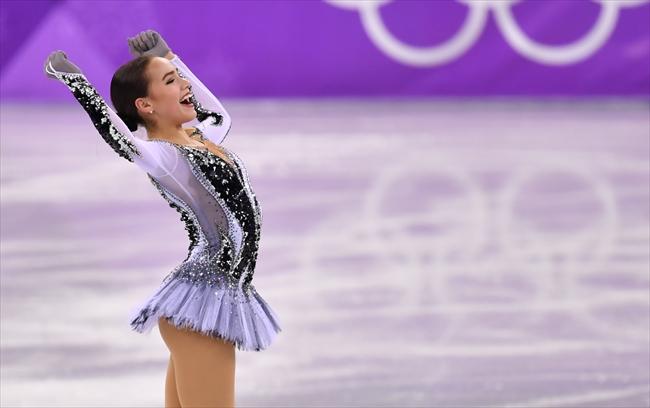 女子SPの演技を終え、両手を上げるアリーナ・ザキトワ=北村