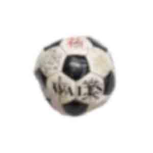 サッカーボール/学校のサッカー部だった生徒らが顧問に贈ったとみられる。「先生との思い出は一生忘れません」などのメッセージが書かれている