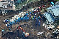 熊本県南阿蘇村の高野台地区では、重機と手作業による捜索が続いていた=19日午後1時42分、朝日新聞社ヘリから、上田幸一撮影