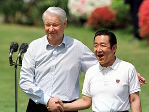 98年4月、静岡県伊東市川奈での会談後、握手するエリツィン大統領(左)と橋本首相(肩書はいずれも当時)