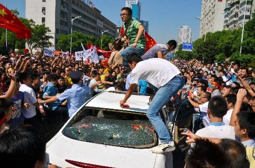 中国の湖南省長沙で2012年9月15日、暴徒化し、日本車を破壊するデモ隊の一部。運転手は中国人だった=小山謙太郎撮影