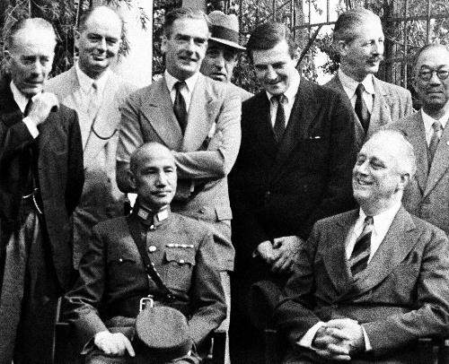 1943年11月、カイロ会談での蒋介石・中華民国主席(前列左)とルーズベルト米大統領(同右)=AP