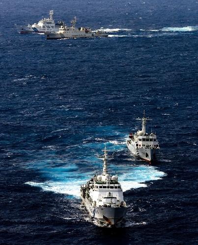 領海内を航行する2隻の中国の海洋監視船(手前右と奥右)と、ぴったり並走する海上保安庁の巡視船=2012年9月24日、沖縄県石垣市、朝日新聞社機から、山本裕之撮影