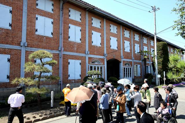 世界文化遺産に登録される見通しとなった富岡製糸場。れんが造りの東繭倉庫を見学する人たち