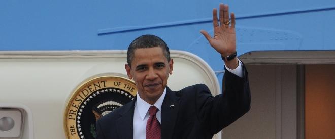 米大統領専用機から出て手を上げるオバマ米大統領=2009年11月13日、東京・羽田空港
